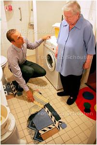 AD/HC - actiemaand gericht op ouderen en veilig vallen - Medewerker vd thuiszorg neemt de lijst door met een bejaarde vrouw -