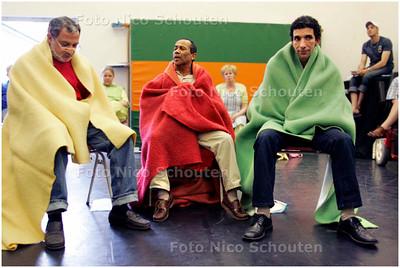 AD/HC - In Theater Pierrot oefenen buurtbewoners uit Laakkwartier aan een toneelstuk over armoede - DEN HAAG 11 MEI 2006 - FOTO NICO SCHOUTEN