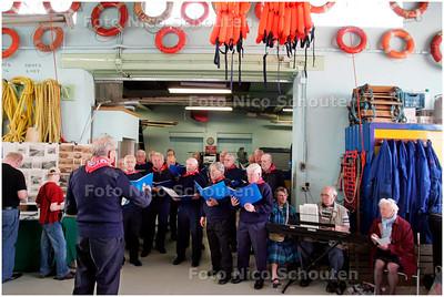 AD/HC - Nationale Reddingbootdag - Het schevenings mannenkoor zingt in het boothuis van KNRM station - SCHEVENINGEN 6 MEI 2006 - FOTO NICO SCHOUTEN