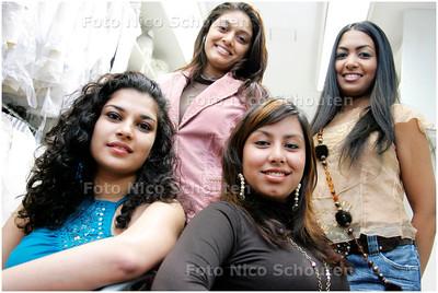 AD/HC - 4 Haagse hindoestaanse meisjes die in de finale zitten van de Miss India Holland-verkiezing - vlnr Zanaida Dahoe,  Fanisha Salamat, Charisma Ramcharan en Monique Badloe - DEN HAAG 1 MEI 2006 - FOTO NICO SCHOUTEN
