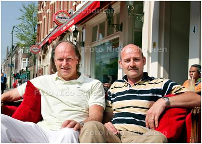 AD/HC - Kunstschilder Eric Dordregter (l) en hr Goedman bij hotel Centrum - DEN HAAG 4 MEI 2006 - FOTO NICO SCHOUTEN