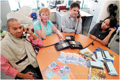 AD/HC - maatschappelijk werkers aan de telefoon 24-uurs crisislijn Welzijnsorganisatie Centrum de Heldenhoek - DEN HAAG 4 mei 2006 - FOTO NICO SCHOUTEN