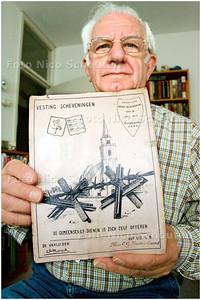 AD/HC - Hr Verbaan met een voorwerp uit de Tweede Wereldoorlog - SCHEVENINGEN 3 MEI 2006 - FOTO NICO SCHOUTEN