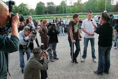 AD/HC - bijeenkomst slachtoffers politiegeweld - slachtoffers worden belaagd door pers. Met krukken is Erik van de Berg de ernstigste gewonde - PIJNACKER 16 MEI 2006 - FOTO NICO SCHOUTEN