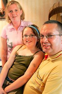AD/HC - GAST AAN TAFEL. Sylvia, Cock en Elina Hoogerdijk  ontvangen Bettina Greven, Rob Hueber en Julianne Greven uit Rijswijk - STOMPWIJK 10 MEI 2006 - FOTO NICO SCHOUTEN