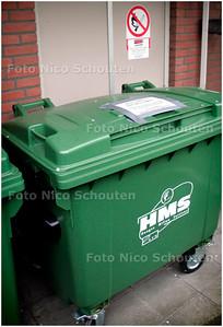 AD/HC - VUILCONTAINERPROBLEMEN verzorgingshuis landscheiding - Deze containers zijn als oplossing geplaatst. Om hier te komen, moeten halsbrekende toeren uitgehaald worden. Ze staan naast en onder de balkons van de bewoners dus stank overlast en lawaai van de dichtklappende zware deksel. Ook staan ze voor een hok van de Eneco met kwetsbare gasleiding! - DEN HAAG 1 MEI 2006 - FOTO NICO SCHOUTEN