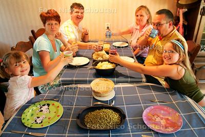 AD/HC - GAST AAN TAFEL. Sylvia, Cock en Elina Hoogerdijk (R) ontvangen Bettina Greven, Rob Hueber en Julianne Greven uit Rijswijk - STOMPWIJK 10 MEI 2006 - FOTO NICO SCHOUTEN