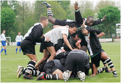 AD/HC - VUC tegen LEONIDAS, VUC KAMPIOEN - vreugde na 0-2 - ROTTERDAM 7 MEI 2006 - FOTO NICO SCHOUTEN