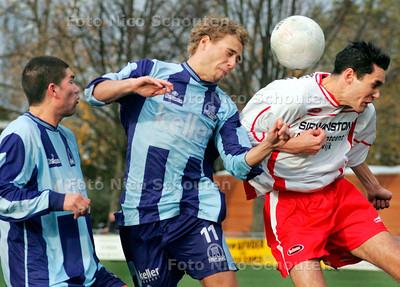 AD/HC - Amateurvoetbal: Forum Sport-Semper Altius - Frank van Versendaal (m) in kopduel - VOORBURG 11 NOVEMBER 2006 - FOTO NICO SCHOUTEN