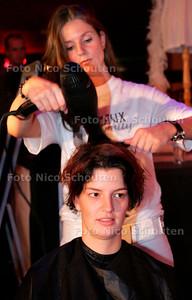 AD/HC - SINGLE SCHEURKALENDER - Verschillende singles uit de regio Den Haag en de rest van het land kwamen naar de AstA om na professionele make up te worden gefotografeerd voor de eerste single scheurkalender 2007 - DEN HAAG 11 NOVEMBER 2006 - FOTO NICO SCHOUTEN