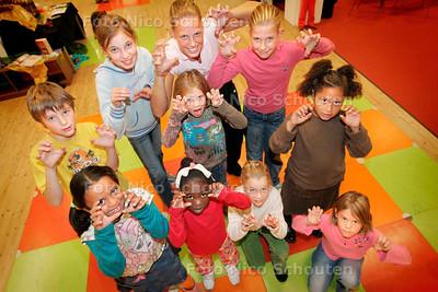 AD/HC - dansworkshop in het kader van de kinderboekenweek in de bibliotheek, getiteld De Leeuwenkoning - ZOETERMEER 4 OKTOBER 2006 - FOTO NICO SCHOUTEN
