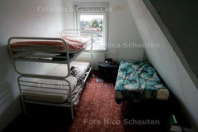 AD/HC - ONTRUIMD PAND IVM HUISJESMELKERIJ - zolderkamertje met drie bedden - DEN HAAG 2 OKTOBER 2006 - FOTO NICO SCHOUTEN