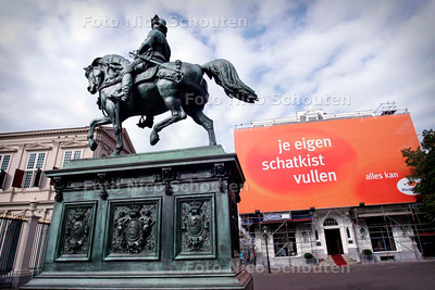 AD/HC - contrast tussen de historische bebouwing en schreeuwende reclame op het Noordeinde - DEN HAAG 9 OKTOBER 2006 - FOTO NICO SCHOUTEN