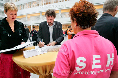 DEN HAAG 26 OKTOBER 2006 - Ondertekening van actieprogramma betreffende geweld tegen werknemers met een publieke taak - voorzitter v/h CNV Jaap Jongejan ondertekent de overeenkomst - FOTO NICO SCHOUTEN