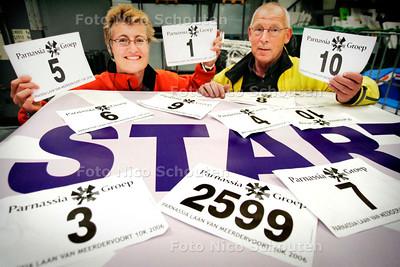 AD/HC - Truus van Amstel en Bert Wammes temidden van de STARTNUMMERS van de Laan van MeerdervoortLoop in Den Haag - DEN HAAG 19 OKTOBER 2006 - FOTO NICO SCHOUTEN