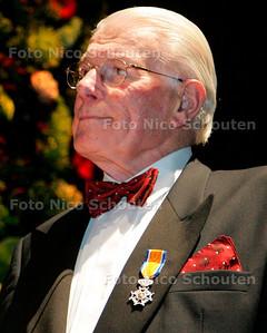 AD-HC - westlands mannenkoor geeft jubileumconcert  - oud-voorzitter vellekoop met zijn koninklijke onderscheiding - DEN HAAG 20 OKTOBER 2006 -FOTO NICO SCHOUTEN