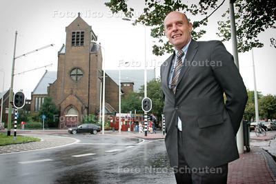 AD/HC - Willem van der Meer voor de Theresiakerk - DEN HAAG 2 OKTOBER 2006 - FOTO NICO SCHOUTEN