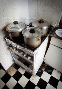 AD/HC - ONTRUIMD PAND IVM HUISJESMELKERIJ - ernstig vervuilde keuken - DEN HAAG 2 OKTOBER 2006 - FOTO NICO SCHOUTEN