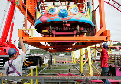 AD/HC - OPBOUW KERMIS MALIEVELD - De achtbaan wordt in elkaar gezet - DEN HAAG 6 SEPTEMBER 2006 - FOTO NICO SCHOUTEN