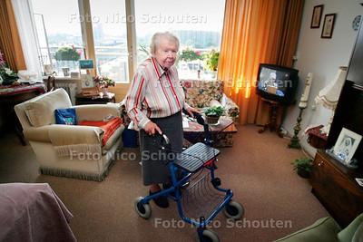 AD/HC - Mevrouw Goos (95) die enorm veel heimwee heeft naar bejaardenhuis Onderwatershof in Rijswijk - DEN HAAG 12 SEPTEMBER 2006 - FOTO NICO SCHOUTEN