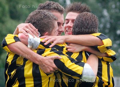 AD/HC - voetbalwedstrijd RAS-Haaglandia - vreugde bij RAS na de derde treffer - DEN HAAG 2 SEPTEMBER 2006 - FOTO NICO SCHOUTEN