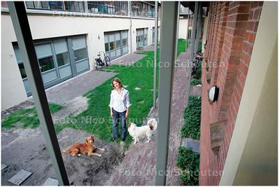 AD/HC - Esther Didden die woont in een atelierwoning van Stroom - DEN HAAG 8 SEPTEMBER 2006 - FOTO NICO SCHOUTEN