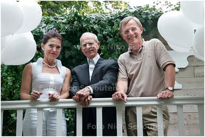 AD/HC - HUISTHEATERTJE - actuer Henk van Ulsen staat tussen eigenaresse Gepke Witteveen en echtgenoot Jan -  DEN HAAG16 SEPTEMBER 2006 - FOTO NICO SCHOUTEN