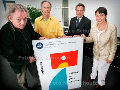 AD/HC - De Appel schenkt een grote collectie affiches, boekjes etc aan het gemeentearchief. Klijnsma neemt die in ontvangst - DEN HAAG 4 SEPTEMBER 2006 - FOTO NICO SCHOUTEN