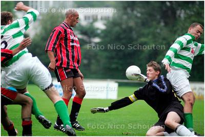 AD/HC - Voetbalwedstrijd SVLY - Te werve. Spanning voor het doel van Te Werve. De bal zal naast gaan - DEN HAAG 21 AUGUSTUS 2007 - FOTO NICO SCHOUTEN