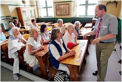 AD/HC -  Zoetermeerse ouderen bezoeken Onderwijsmuseum in Rotterdam. Zij doen mee aan de dagtocht Aap noot Mies in het kader van de Senioren Zomerschool.  Eigenlijk mag het niet maar deze ouderen mogen, voor deze keer,  plaats nemen in de antieke bankjes.- ROTTERDAM 23 AUGUSTUS 2007 - FOTO NICO SCHOUTEN