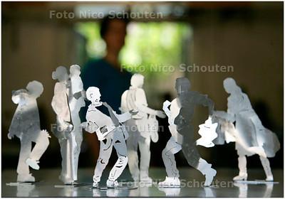 AD/HC - kunstenares Lies Bakker met kunstwerk dat afgewezen is - DEN HAAG 1 AUGUSTUS 2007 - FOTO NICO SCHOUTEN