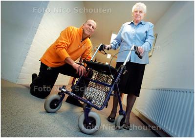 AD/HC - fietsenmaker mark de bruin heeft belangeloos mevrouw brand-toet geholpen. de 87-jarige had problemen met haar rollator - DEN HAAG 18 DECEMBER 2007 - FOTO NICO SCHOUTEN
