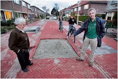 AD/HC - Maks van de Lint (R) in de Donklaan, SOS-rubriek - VOORSCHOTEN 3 DECEMBER 2007 - FOTO NICO SCHOUTEN