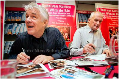 AD/HC - VAN KOOTEN EN DE BIE signeren in Paagman - DEN HAAG 2 DECEMBER 2007 - FOTO NICO SCHOUTEN
