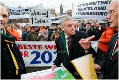 AD/HC - demonstratie schooldirecteuren en docenten van haagse scholen - voorzitter van de vaste commissie voor Onderwijs, Cultuur en Wetenschap Wim van de Camp (CDA) heeft de petitie aangenomen - DEN HAAG 12 DECMBER 2007 - FOTO NICO SCHOUTEN