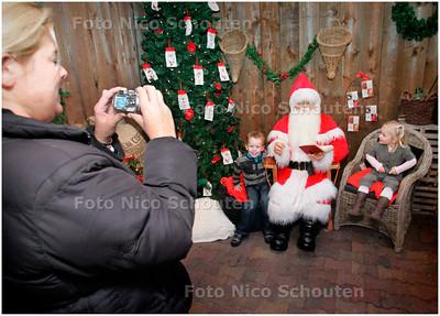 AD/HC - OP DE FOTO MET DE KERSTMAN-POP IN INTRATUIN - PIJNACKER 5 DECEMBER 2007 - FOTO NICO SCHOUTEN