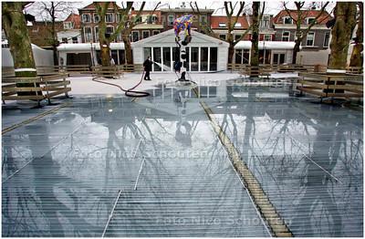AD/HC - OPBOUW SCHAATSBAAN BEESTENMARKT - DELFT 4 DECEMBER 2007 - FOTO NICO SCHOUTEN