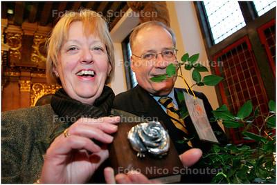 AD/HC - Mevrouw Deetman krijgt van het personeel van de gemeente een speciaal naar haar genoemde roos - DEN HAAG 18 DECEMBER 2007 - FOTO NICO SCHOUTEN