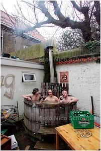 AD/HC - STUDENTEN IN HUN JACUZZI - DELFT 5 DECEMBER 2007 - FOTO NICO SCHOUTEN