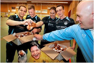 AD/HC - traditionele Oliebollentoernooi van voetbalclubs in Zoetermeer - Spelers van voetbalclub seven stars testen de oliebollen - ZOETERMEER 29 DECEMBER 2007 - FOTO NICO SCHOUTEN
