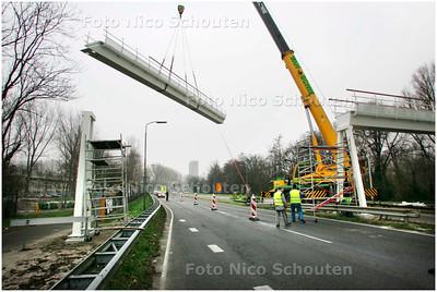 AD/HC - loopbrug voor scholieren wordt geplaatst over de provincialeweg - DELFT 18 DECEMBER 2007 - FOTO NICO SCHOUTEN