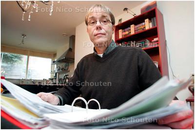 AD/RD - Rob Rijkers gedupeerde sigarenboer. Rob is sigarenboer in maassluis en heeft ondanks allerlei voorzorgsmaatregelen te maken gehad met diverse inbraken. Rob thuis met map verzekeringspapieren en rompslomp - DEN HAAG 24 DECEMBER 2007 - FOTO NICO SCHOUTEN