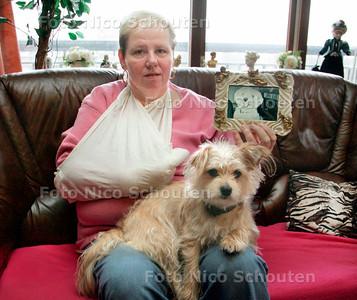 AD/HC - Rottweiler bijt hondje dood  Den Haag - Een 47-jarige vrouw liet afgelopen dinsdag omstreeks 09.00 uur haar hondje uit in de Stieltjesstraat in Den Haag toen een Rottweiler haar hondje aanviel. De eigenaar van de Rottweiler had de hond niet aangelijnd.  De vrouw probeerde de Rottweiler en haar hondje uit elkaar te halen en raakte daarbij zelf ook gewond aan haar hand. De vrouw heeft het hondje uiteindelijk kunnen oppakken en naar een dierenkliniek gebracht. Daar is het hondje later aan de ernstige bijtwonden overleden. De vrouw heeft de beten aan haar hand laten behandelen in het ziekenhuis. De eigenaar van de hond, een 35-jarige man, heeft dit alles gezien, maar liep gewoon door. De politie onderzoekt de zaak. - DEN HAAG 14 FEBRUARI 2007 - FOTO NICO SCHOUTEN