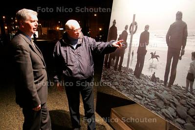 AD/HC - Foto-expo op Lange Voorhout met grote platen van Paarden - organisatoren Jan Helderman (l) en Eric Dullaert  DEN HAAG 15 FEBRUARI 2007 - FOTO NICO SCHOUTEN