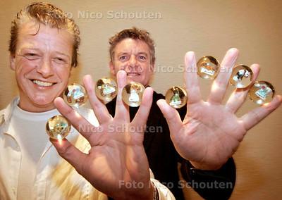 AD/HC - Flippo-koning Hans Zandvliet (L) met knikkers waarin poppetjes (dat is de nieuwe rage) zitten met Theo van Olphen, directeur van fabriek in Vietnam - WASSENAAR 13 JANUARI 2007 - FOTO NICO SCHOUTEN