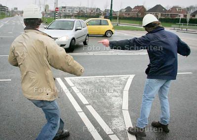 AD/HC - STORM, Bouwvakkers leiden verkeer om vanwege wegvliegend bouwmateriaal Laan van Hoornwijck, Ypenburg - DEN HAAG 18 JANUARI 2007 - FOTO NICO SCHOUTEN