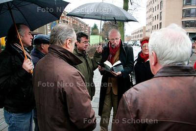 AD/HC - SIMON VESTDIJK WANDELING - Herman Rosenberg leest, bij de splitsing Daal en Bergselaan/ Zonnebloemstraat een passage voor welke zich op deze plek afgespeeld zou hebben - DEN HAAG 20 JANUARI 2007 - FOTO NICO SCHOUTEN