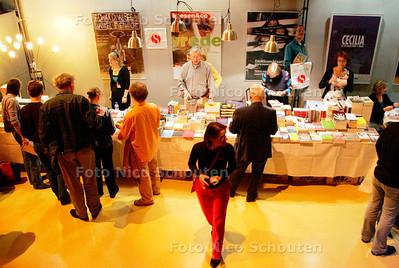 AD/HC - WINTERNACHTEN - In de foyer kunnen boeken gekocht worden - DEN HAAG 13 JANUARI 2007 - FOTO NICO SCHOUTEN