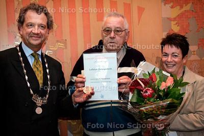 VOORBURG 8 JANUARI 2006 - Jan Kappetein (70) en Lenneke Meijer-van der Meer - De heer Kappetein krijgt na 50 jaar alsnog een onderscheiding. Hij redde vijftig jaar geleden Lenneke en haar dochter van de verdrinkingsdood  - FOTO NICO SCHOUTEN