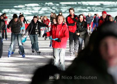 AD/HC - 500 leerlingen Segbroek College schaatsen voor Kenia in Uithof o.a. met Bart Veldkamp - DEN HAAG 15 JANUARI 2007 - FOTO NICO SCHOUTEN